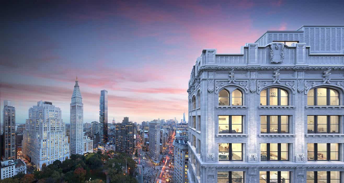 Reportan que el multimillonario fundador de Amazon, Jeff Bezos, pagará $80 millones por tres unidades en un lujoso edificio residencial de Manhattan.