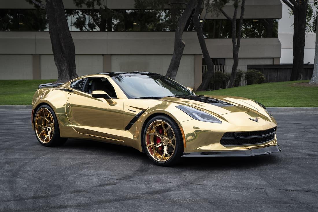 """El dueño de este Chevy Corvette C7 """"Stingray"""" chapado en oro agrega enormes llantas deportivas doradas para llamar aún más la atención"""