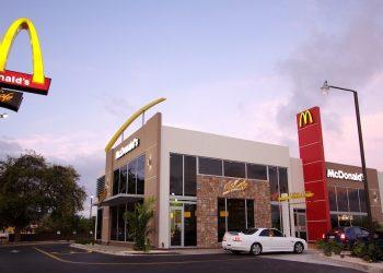 McDonald's acepta monedas extranjeras para celebrar el debut de su menú Worldwide Favorites