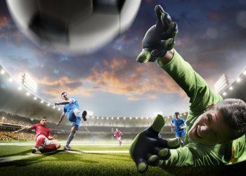 Futbolistas en acción en el estadio.