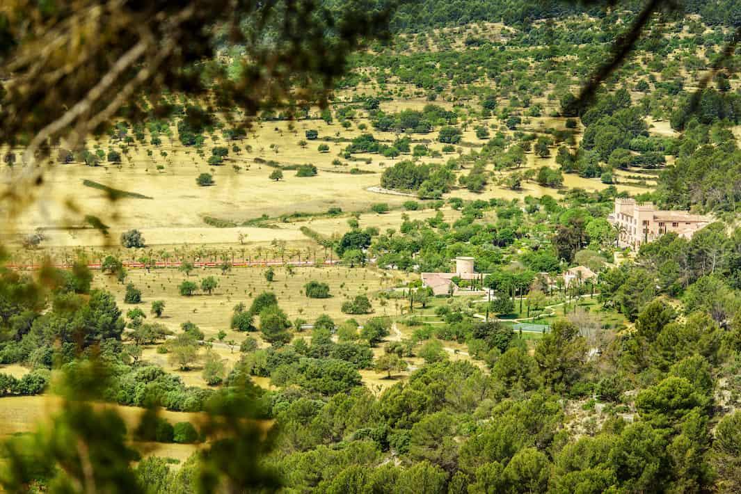 Castell Son Claret tiene 132 hectáreas de terreno que discurren múltiples senderos aptos para todos los niveles.