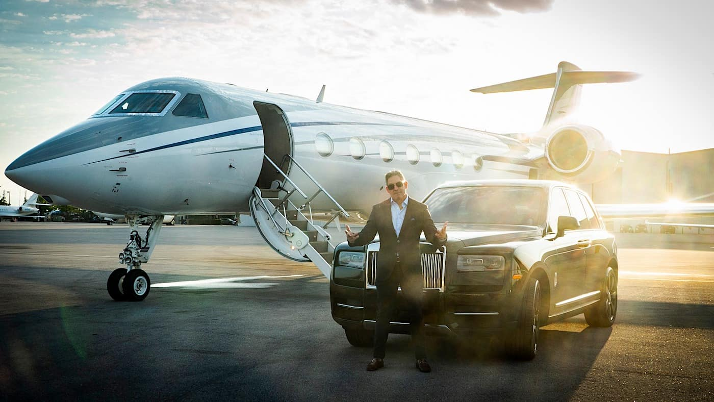 Grant Cardone en frente de su avión privado Gulfstream G550