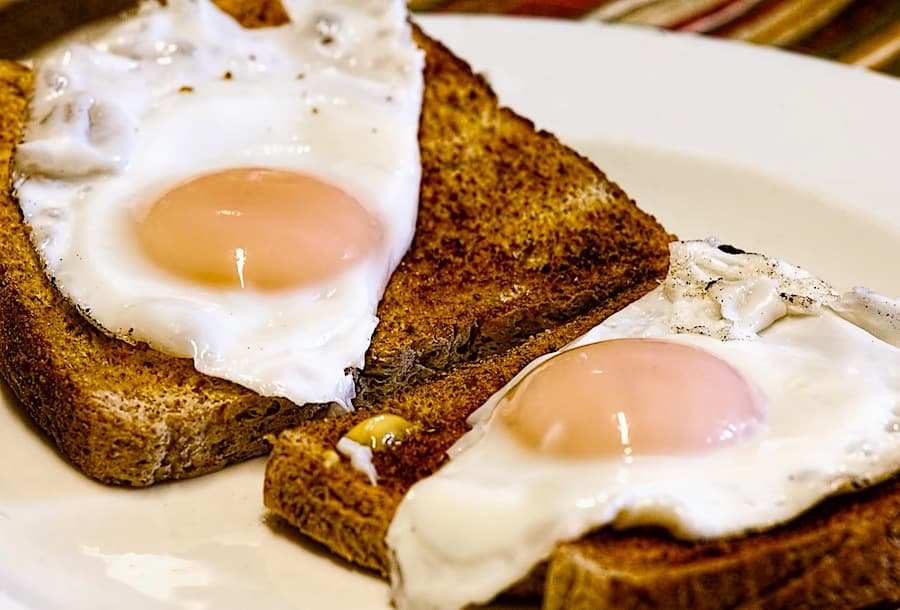 Huevos fritos sobre tostadas.