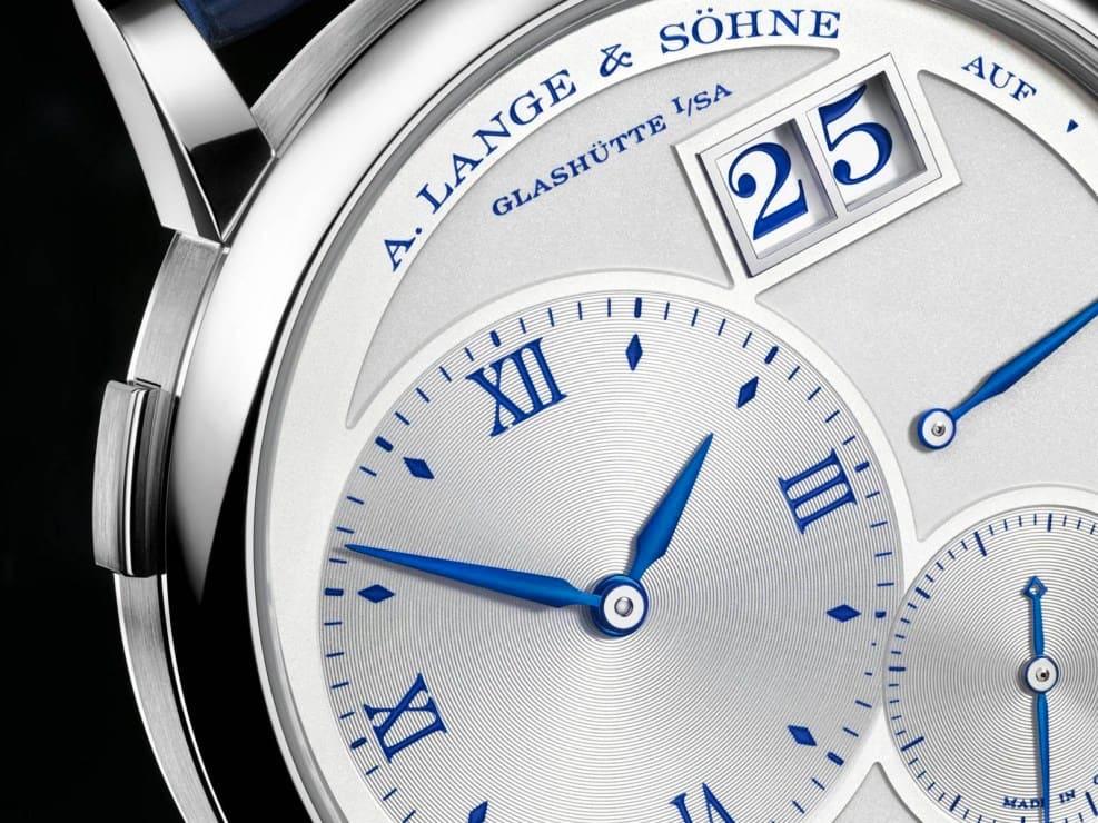"""También incluye un """"25"""" que replica el desplazamiento de fecha de gran tamaño de Lange."""