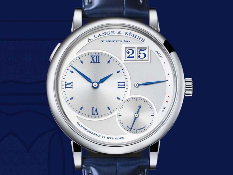 La correa de piel de cocodrilo azul y una hebilla de clavija de oro blanco enfatizan la elegancia del reloj.