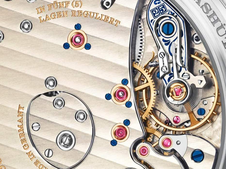 El reloj es accionado por el movimiento de cuerda manual Calibre L.095.1