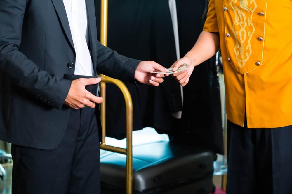 Hombre dando propina a empleado en hotel