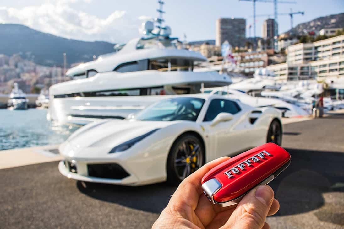 Ferrari 458 Italia Spider frente a un súper yate en Mónaco.
