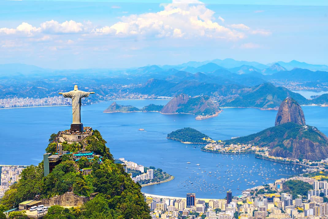 Vista aérea de Río de Janeiro con el Cristo Redentor y la Montaña Corcovado