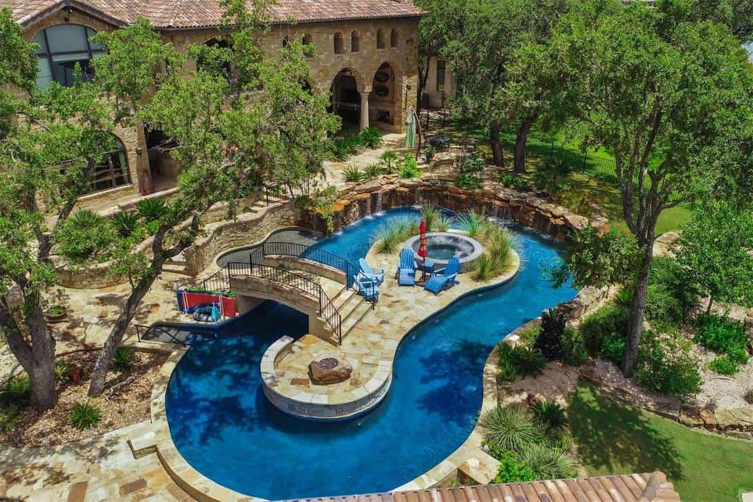 Elegante mansión ubicada frente a un lago y con piscina temática en Texas, sale a la venta por $3,6 millones