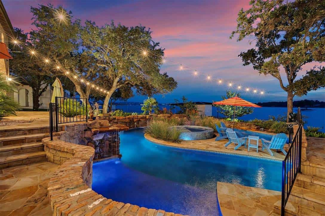 Hermosa casa ubicada frente a un lago y con piscina temática en Texas, sale a la venta por $3,6 millones