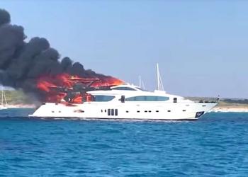 Vea este yate de lujo arder en llamas en la costa de Mallorca
