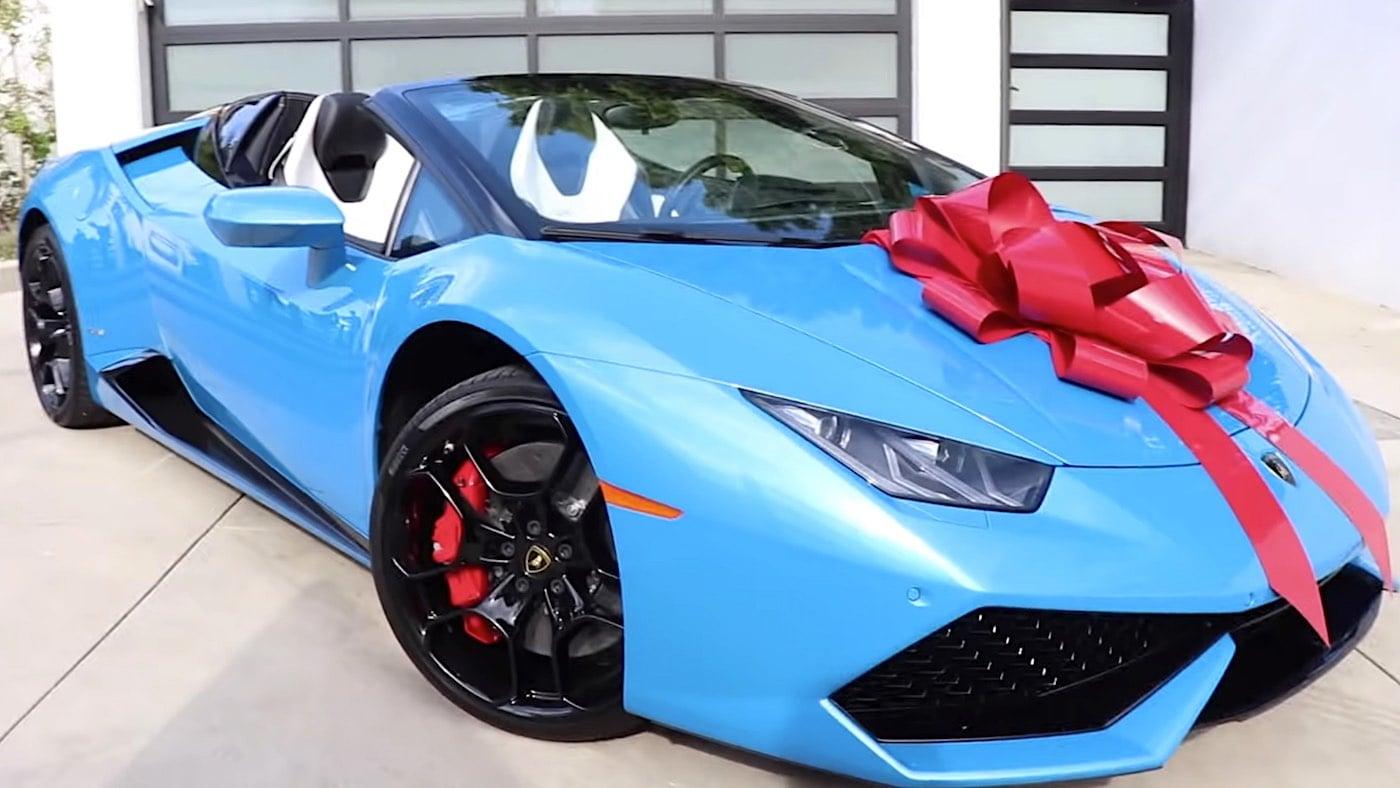 Famoso Youtuber sorprende a su mejor amigo regalándole un Lamborghini Huracán completamente nuevo y valorado en $290.000