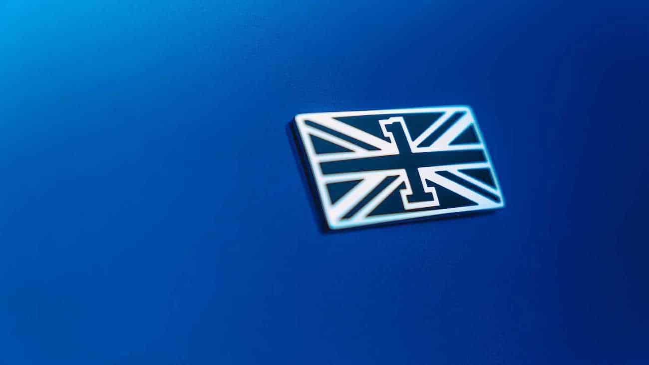 """El nuevo emblema """"Flying B"""" que se retrae en el capó cuando el automóvil está bloqueado"""