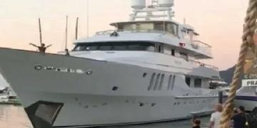 Vea este lujoso megayate de 46 metros estrellarse contra un muelle cerca de un restaurante en la marina de Cairns