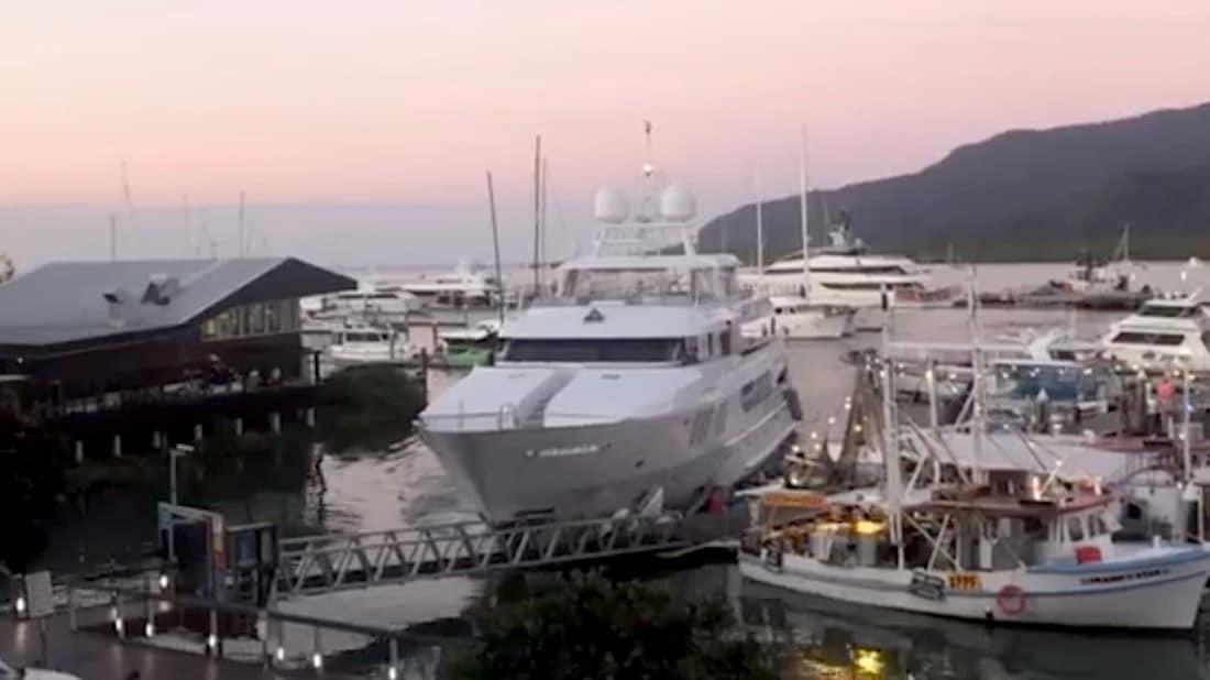 Moatize de 45,6 metros se estrelló contra un muelle de la marina de Cairns en Queensland, Australia