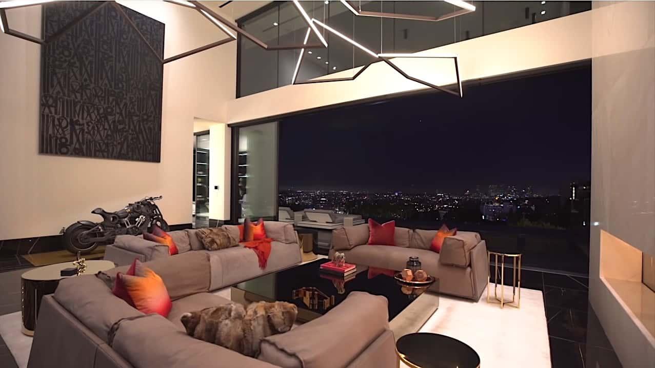 Mansión moderna en Hollywood, Los Ángeles, con una piscina de cristal con fondo transparente