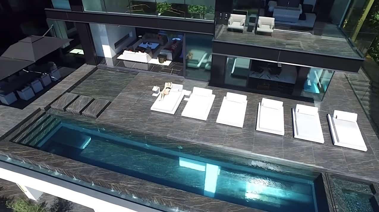 Casa contemporánea en Hollywood, Los Ángeles, con una piscina de cristal con fondo transparente