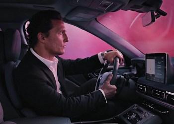 Vea a Matthew McConaughey conducir a través de nubes de colores en la nueva Lincoln Aviator 2020