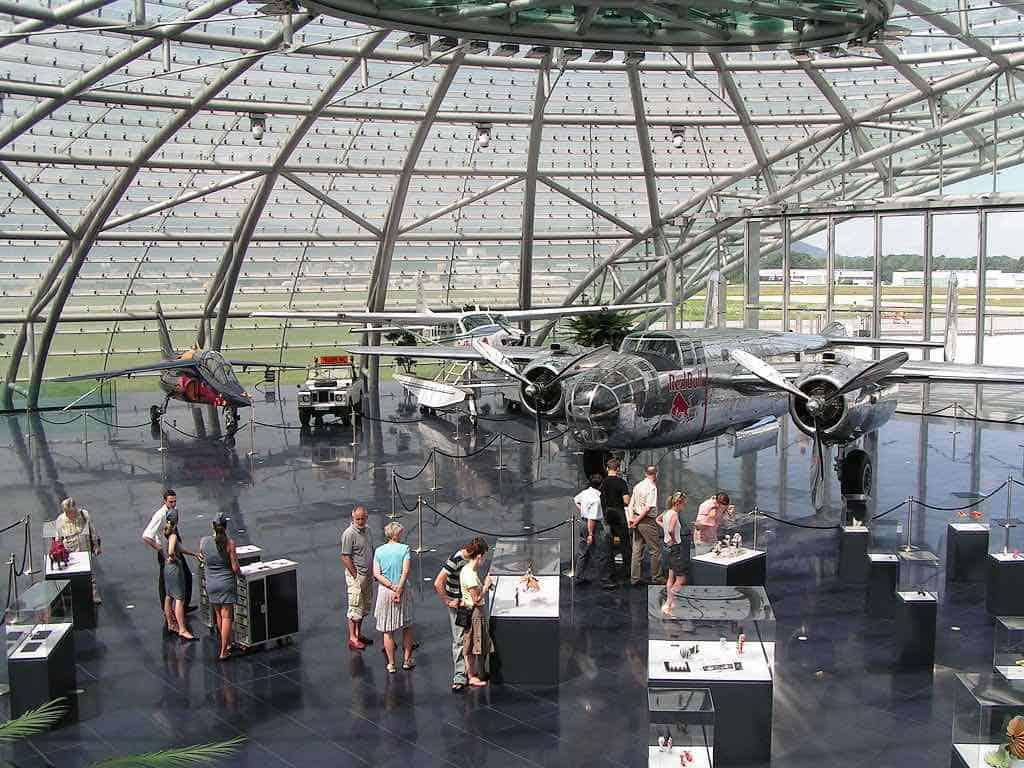 Hangar Salzburg 7: Donde Dietrich Mateschitz tienes su colección de aviones antiguos.