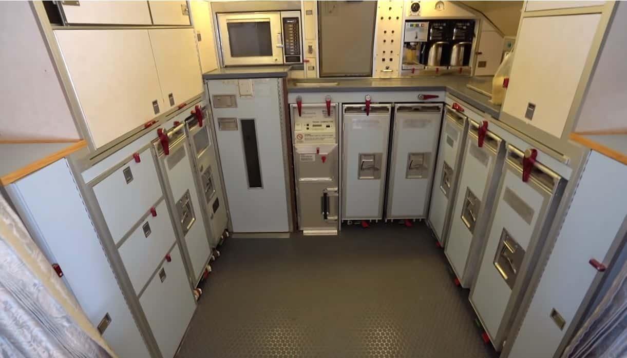 El enorme avión cuenta con una pequeña cocina