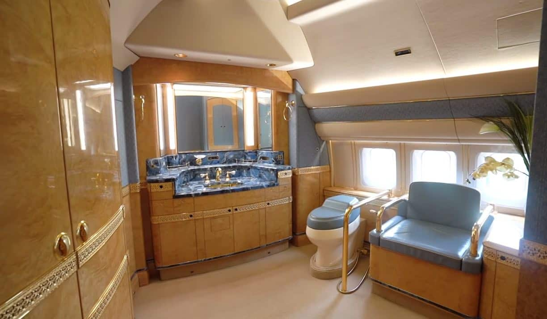 El baño ubicado justo en la nariz del avión tiene un estilo antiguo y cuenta con accesorios en oro