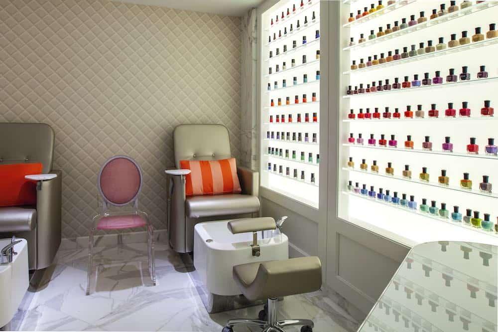 Exhibidor de esmalte de uñas en la sala de manicure y pedicure.