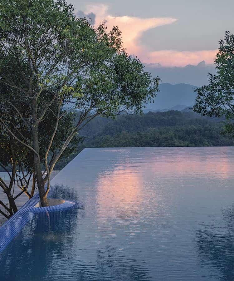 La piscina del lujoso resort en China