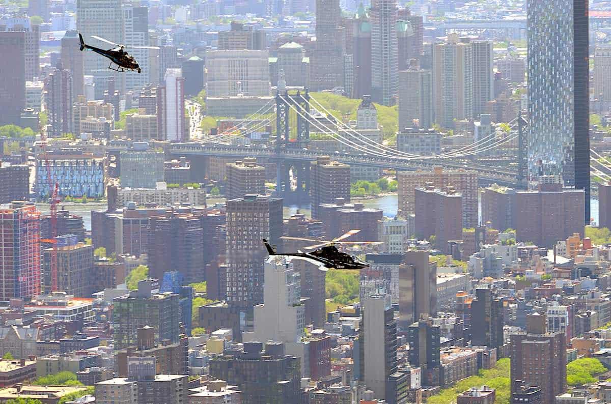Dos helicópteros Uber (taxi aéreo) sobre Manhattan