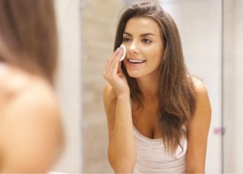 Mujer morena quitándose el maquillaje de su cara