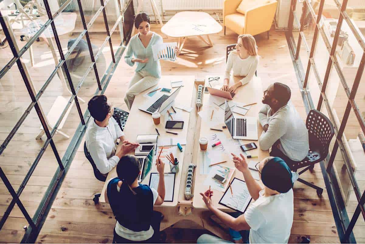 Jóvenes creativos en una oficina moderna, coworking