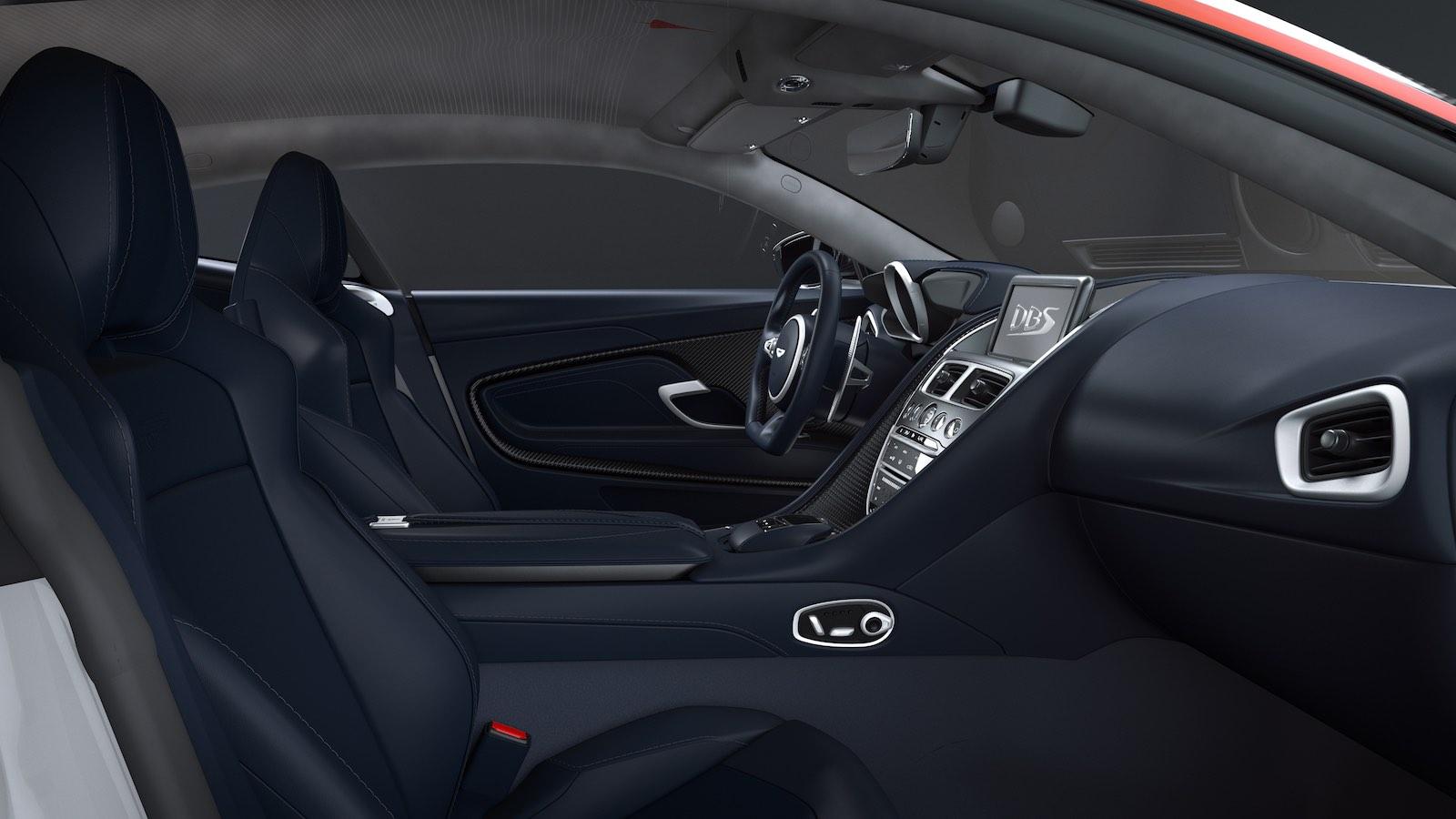 En el interior, el auto tiene hermosa tapicería azul