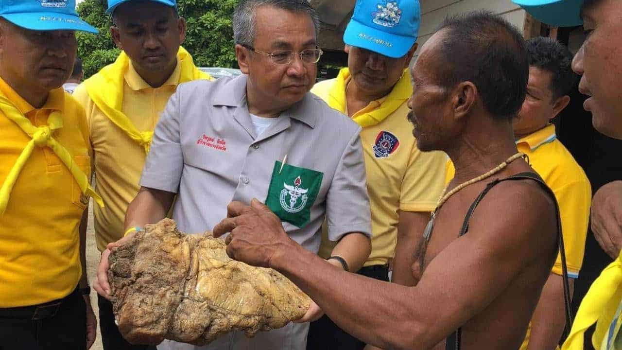 Pescador tailandés encontró un bulto de vómito de ballena