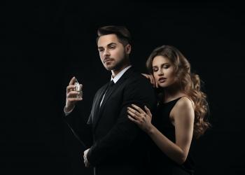Hombre con una mujer poniéndose perfume