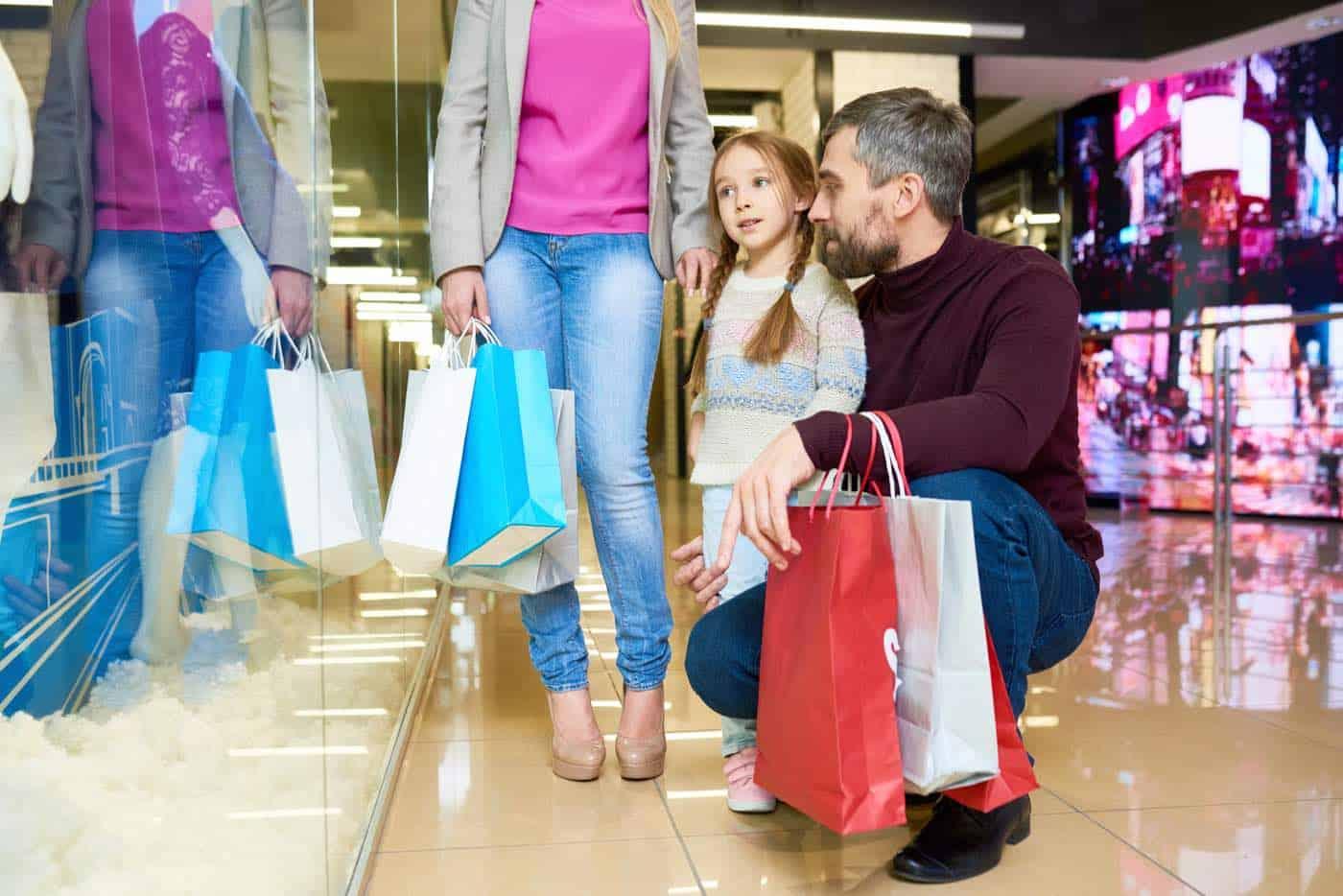 Familia de compras en el centro comercial