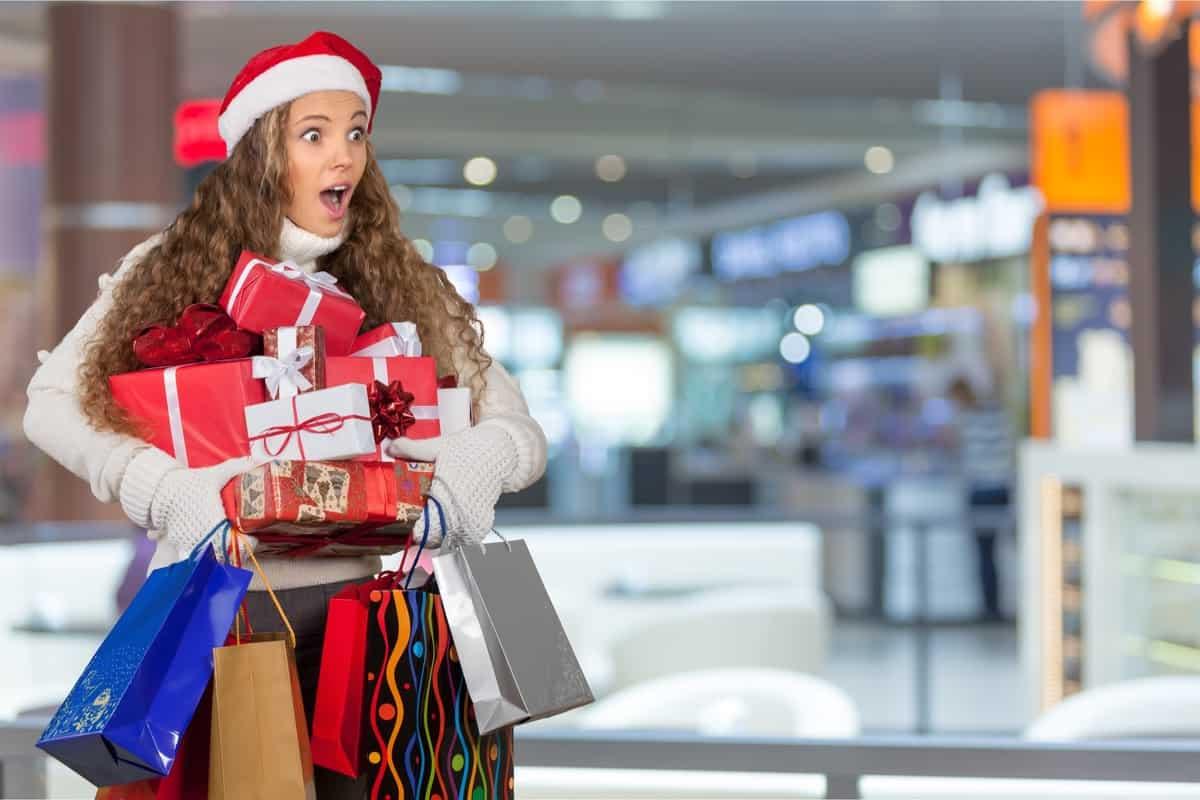 Mujer durante las compras navideñas