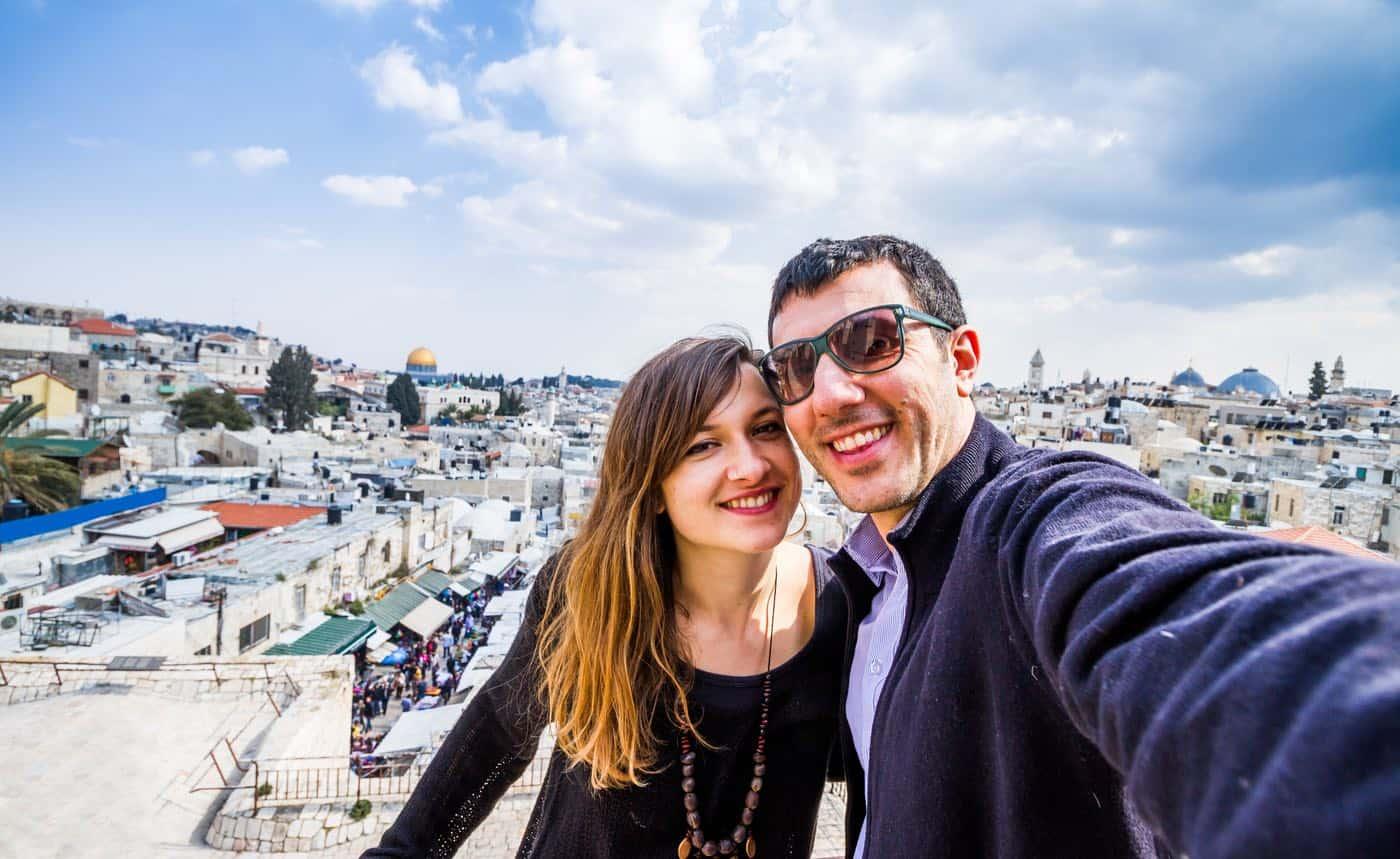 Pareja de vacaciones en Jerusalén, Israel.