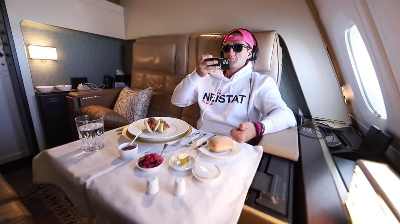 YouTuber Casey Neistat muestra cómo es volar en el asiento de avión más caro del mundo