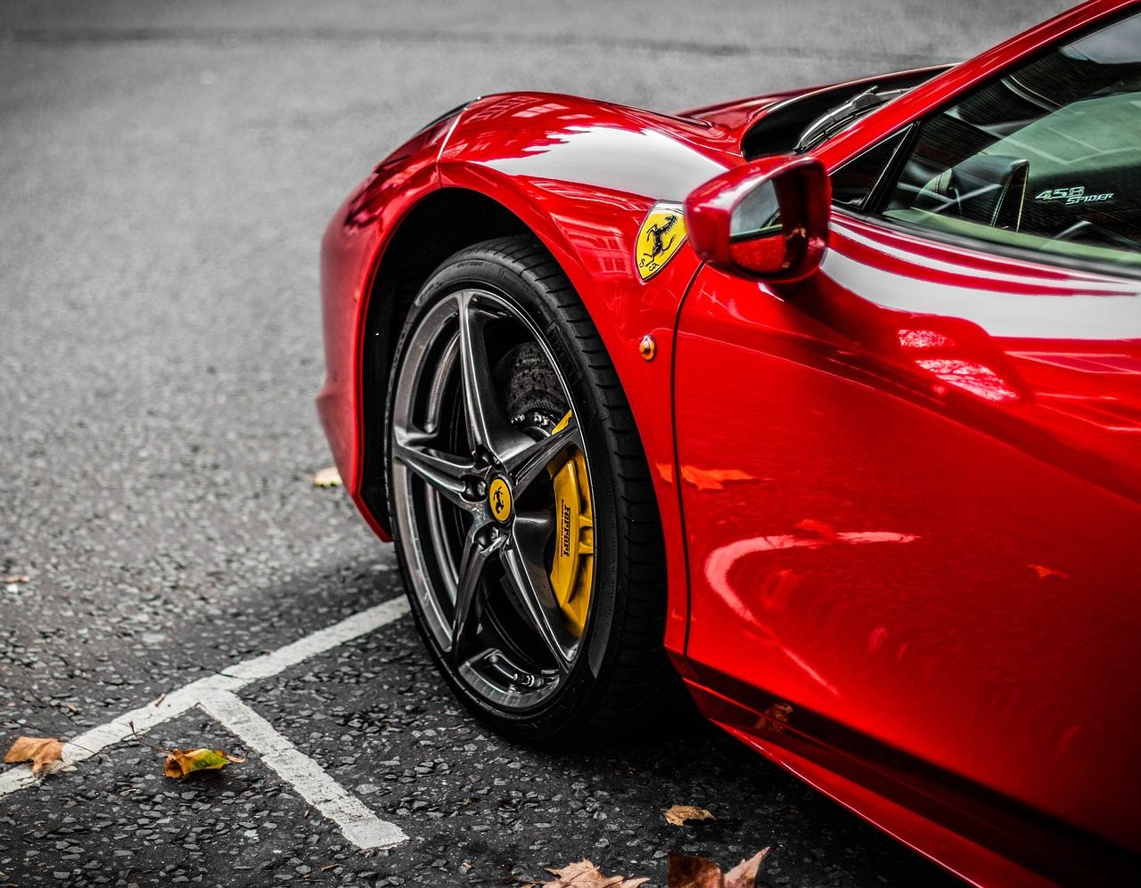 Ferrari, los coches de lujo y como invertir en sus acciones a través del móvil
