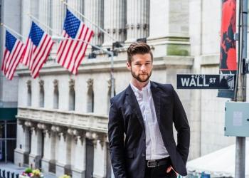 Empresario con barba viajando, trabajando en Wall Street, Nueva York