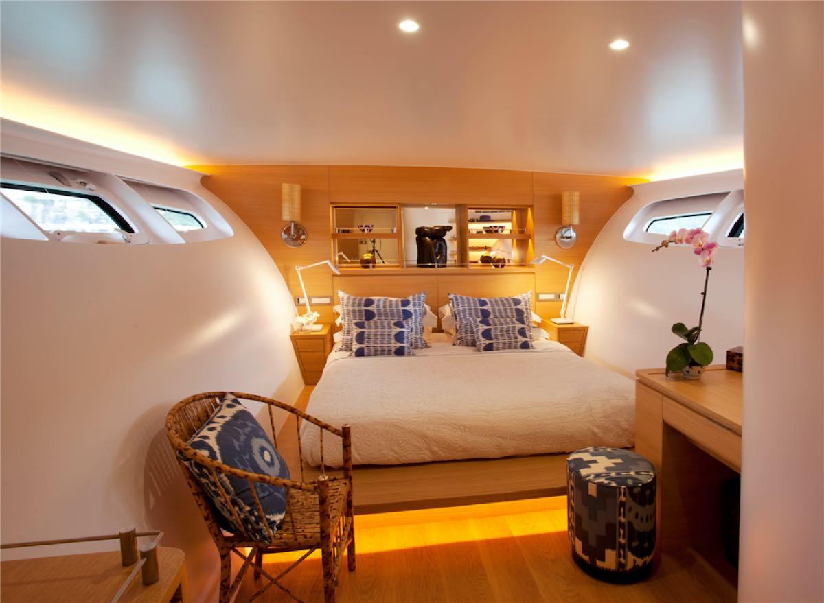 Futurista súperyate Adastra sala a la venta con Burgess Yachts