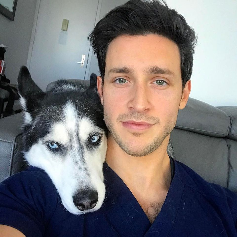 Doctor Mike y su perro husky llamado Roxi