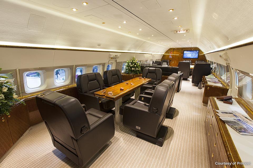 Interior del lujoso avión de negocios Boeing