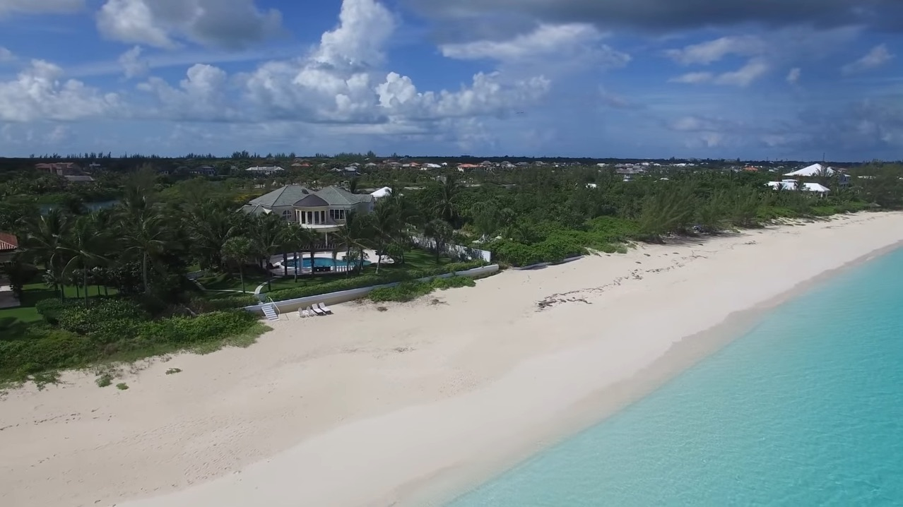 Este paraíso frente a la playa de Old Fort Bay, Bahamas se vendió por $12,5 millones