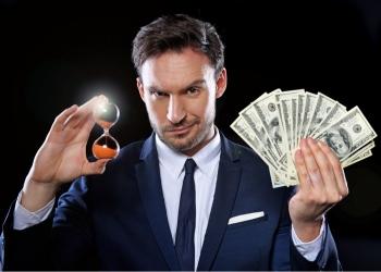 Empresario en un traje con dinero y un reloj de arena