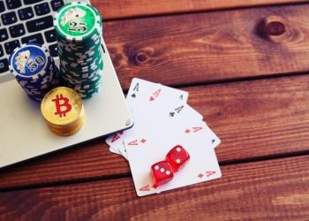 Fichas de póker y Bitcoins. Casino en línea, pago con criptomonedas.