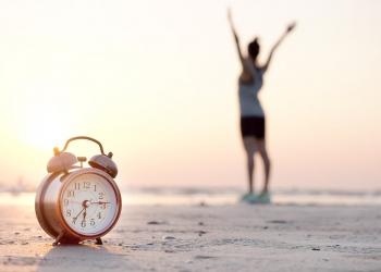 Mañana de un nuevo día, mujer en la playa en la mañana