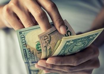 Contando dinero a mano