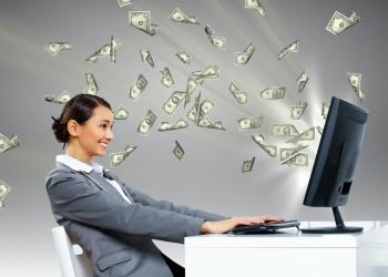 Joven mujer sentada frente a su computadora.
