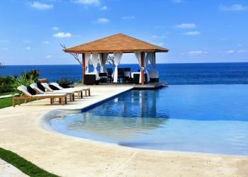 Pabellón y piscina en un hotel de lujo